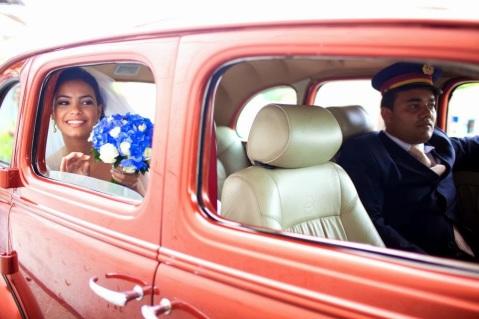 transporte noiva - carro da noiva - carro dos noivos - carro antigo - carro vermelho - entrada noiva - noiva no carro - noiva- casamento de dia - bouquet - bouquet azul